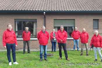 Vrijwilligers voedselbedeling krijgen nieuwe regenjassen - Het Nieuwsblad