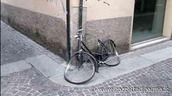 Un'opera d'arte... di inciviltà e vandalismo in via Sauro - Gazzetta di Parma