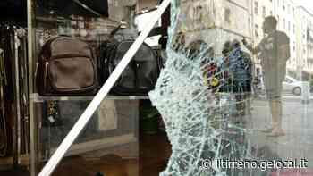 Con un tombino distruggono la vetrata del negozio Stellazeta - Il Tirreno