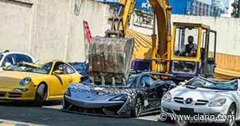 Mercedes-Benz, McLaren y Porsche: destruyen autos valuados en más de un millón de dólares por contrabando - Clarín