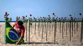 Rosas rojas en Copacabana para honrar a víctimas de COVID en Brasil - Uno TV Noticias