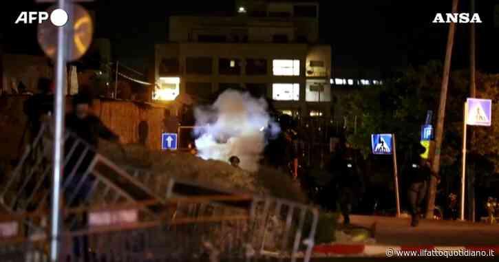 """Gerusalemme, scontri a Sheikh Jarrah, il quartiere delle """"case contese"""": le guardie di frontiera pattugliano le strade – Video"""