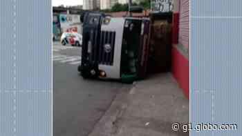 Caminhão tomba e complica o trânsito no Jardim São João, em Ferraz - G1