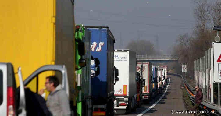 Piacenza, incidente sull'A1: scontro tra un'auto e due camion. Due morti. Autostrada chiusa in entrambe le direzioni