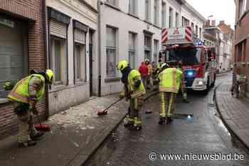 Brokstukken gevel vallen op voetpad (Sint-Niklaas) - Het Nieuwsblad