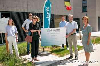 Bouwbedrijf steunt vzw Spoor 56 met vette cheque (Sint-Niklaas) - Het Nieuwsblad
