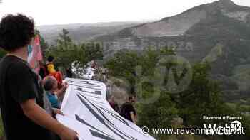 """""""Salviamo la Vena del Gesso"""": oltre cento persone a formare la catena umana contro i nuovi permessi di scavo - Ravennawebtv.it"""