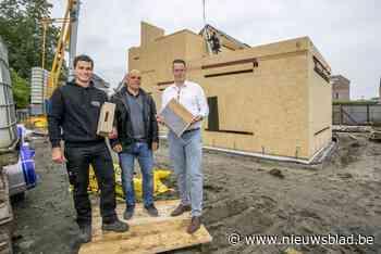 Traditioneel bouwbedrijf gaat nu ook ecologische huizen van geperste houtsnippers zetten