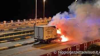 Villa San Giovanni, furgone carico di pesce in fiamme davanti agli imbarchi per la Sicilia - Gazzetta del Sud - Edizione Reggio Calabria