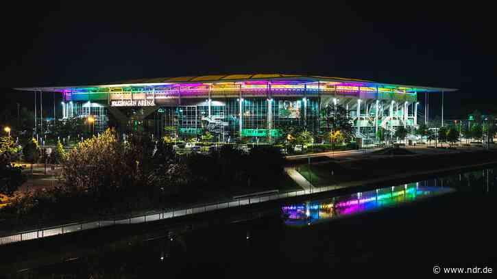 VfL Wolfsburg: Stadion strahlt am Mittwoch in Regenbogenfarben - NDR.de