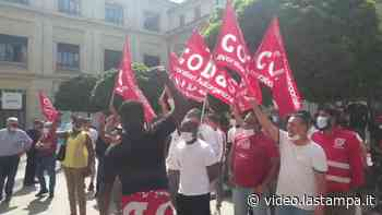 Novara, il vertice in prefettura si è aperto intonando il nome di Adil - Video - La Stampa