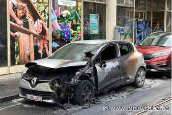 Geparkeerde wagen brandt volledig uit (Sint-Gillis) - Het Nieuwsblad