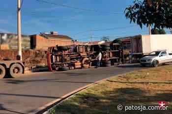 Caminhão frigorífico tomba em rotatória no bairro Novo Horizonte - Patos Já