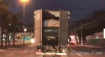 VÍDEO   Caminhão baú é flagrado transportando carro na BR-262, em Cariacica - HORA 7