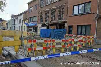 """Grote werf stilgelegd omdat slecht gestutte woning dreigt in te storten: """"De muren bewogen door de trilling van de graafmachines"""" - Het Nieuwsblad"""