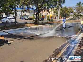 Prefeitura lava a orla da Lagoa Grande em Patos de Minas - Patos Notícias