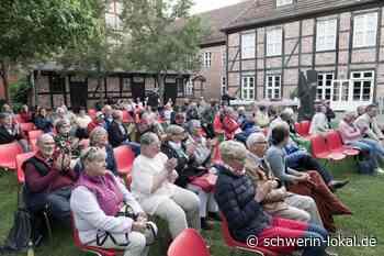 Schwerin: Ein rundum gelungener Sommerabend mit dem Schriftsteller Gregor Sander - Schwerin-Lokal