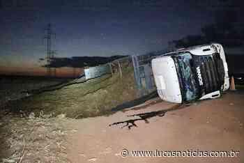 Carreta com placas de Lucas do Rio Verde carregada com bagaço de cana tomba na MT-249 - Lucas Notícias