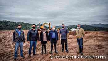 Prefeito Ari Vequi vistoria obras de terraplenagem da ETA Cristalina - ®Portal da Cidade | Brusque