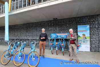 Deelfietsen van Blue-bike staan aan station van Hove