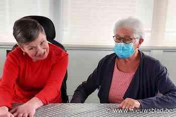 """Vrijwilligster Christiane (81) helpt zieke Carine door de avond en nacht: """"Zo kan ons mama thuis blijven"""""""