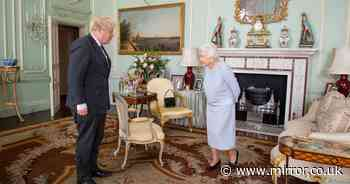 Queen uses handbag to send staff secret message about PM at their latest meeting