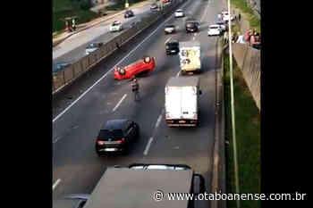 Carro capota na rodovia Régis Bittencourt em Embu das Artes - Portal O Taboanense