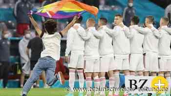 Ordner stoppen Regenbogen-Flitzer während Ungarn-Hymne
