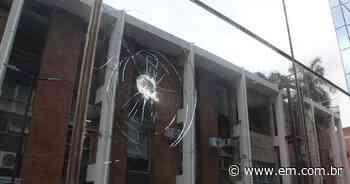 Homem quebra vidros na fachada da Prefeitura de Coronel Fabriciano - Estado de Minas