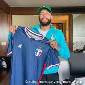 Neymar recebe camisa do Fortaleza e posa para foto no Rio de Janeiro - Diário do Nordeste