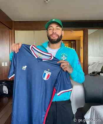 Neymar é presenteado com camisa do Fortaleza por Lucas Crispim - globoesporte.com