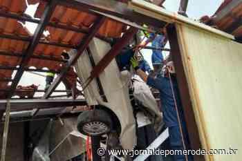 Carro cai sobre casa, em Blumenau - Jornal de Pomerode