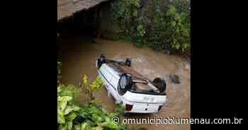 Carro capota, cai em rio e deixa quatro pessoas feridas em Pomerode - O Município Blumenau