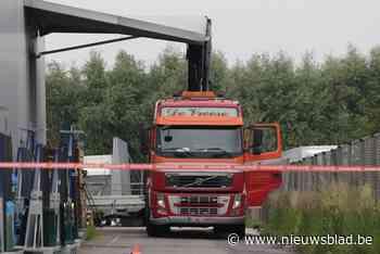 Vrachtwagenchauffeur ramt luifel met kraan (Sint-Niklaas) - Het Nieuwsblad