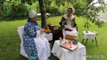 Auf der Schlossinsel: Damen von Les Boutonnières zeigen historische Nähkunst in Barmstedt | shz.de - shz.de