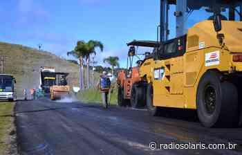 Estrada da Linha 100, interior de Flores da Cunha, recebe recapeamento   Grupo Solaris - radiosolaris.com.br