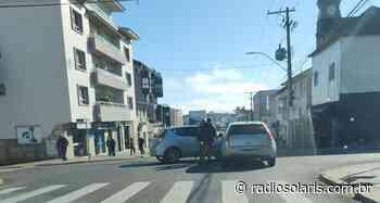 Dois veículos de passeio colidem no centro de Flores da Cunha   Grupo Solaris - radiosolaris.com.br