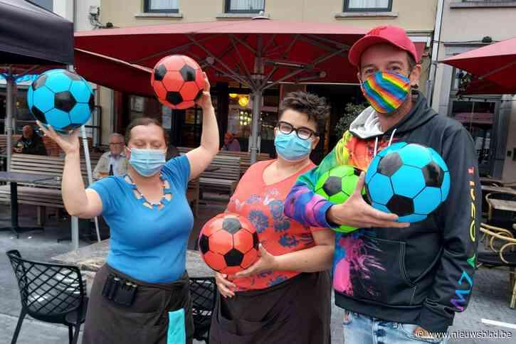 """Kleurrijke voetballen tegen """"regenboogverbod"""" UEFA"""