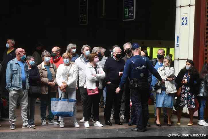 """Mythische Orient Express maakt omweg door massa fans in Antwerpen-Centraal: """"Het was niet veilig"""""""