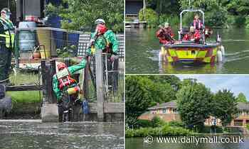 Searchers find body in hunt for missing canoeist who 'fell out of his boat' in Reading