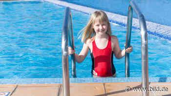 Schwimmen lernen: Kann ich meinem Kind selbst Schwimmen beibringen? - BILD