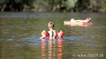 Todesfälle durch Ertrinken: Auf was man beim Schwimmen mit Kindern achten muss - rbb24