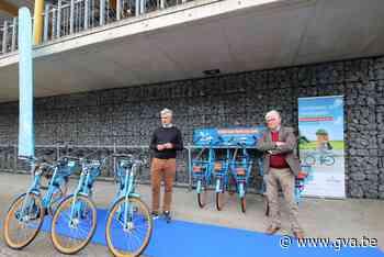 Deelfietsen van Blue-bike staan aan station van Hove - Gazet van Antwerpen