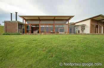 Rammed Earth House / Estudio Piloti Arquitetura + Stepan Norair Chahinian