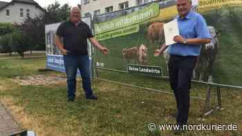 Bauern begrüßen Urlauber in Teterow mit Wohlfühl-Plakat - Nordkurier