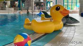 Senftenberg lässt Kinder und Jugendliche kostenlos ins Bad, warum, sagt Bürgermeister Andreas Fredrich - rbb24