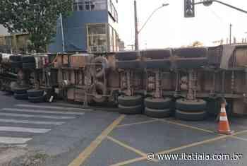 Carreta carregada com ferragens tomba e interdita avenida Abílio Machado, em BH - Rádio Itatiaia