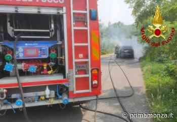 Intervento dei Vigili del fuoco per una vettura in fiamme a Cogliate - Prima Monza