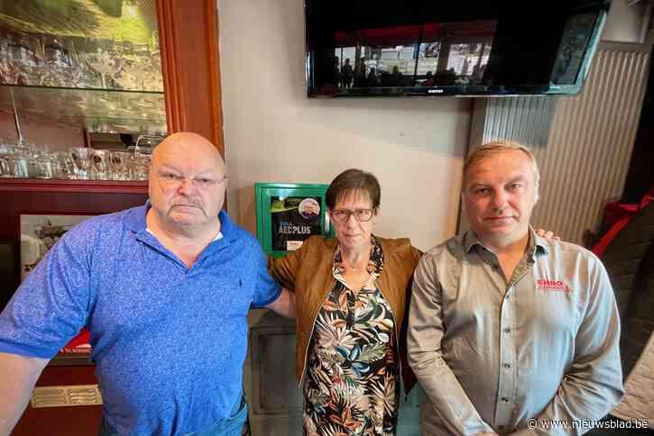 """Michel Van den Brande onthult eerste AED, samen met echtgenote overleden vriend: """"We krijgen hem niet terug, maar dit is stap in goede richting"""""""