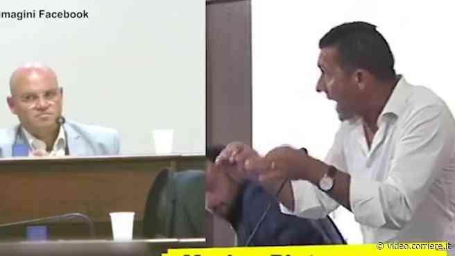 Il consigliere di destra di Mazara del Vallo: «I comunisti mangiano i bambini» - Corriere TV